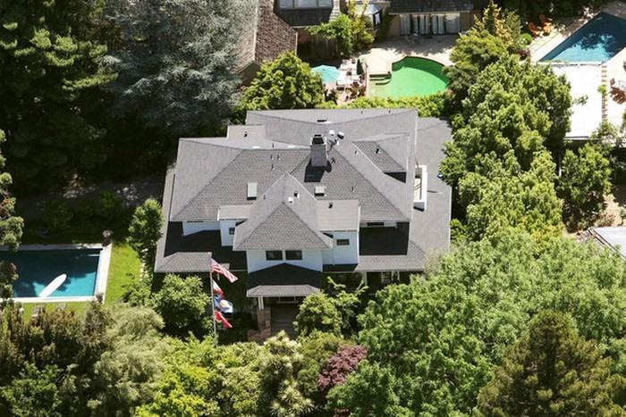 Tuy nhiên, có một thứ Mark không tiếc tiền đầu tư: bất động sản. Tháng 5.2011, anh chi 7 triệu USD để mua ngôi nhà rộng 400 mét vuông tại Palo Alto, với hệ thống trợ lý ảo sử dụng trí tuệ nhân tạo tự chế. Sau đó một năm, anh tiếp tục gom 4 ngôi nhà bên cạnh với giá 30 triệu USD để cải tạo theo ý mình.