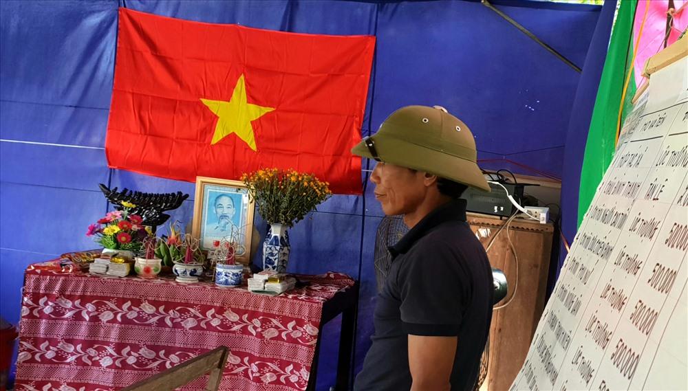 Ảnh và bàn thờ Bác Hồ được đặt trang trọng ngay tại khu vực hạ thủy và tập luyện của người dân. Ảnh: Lê Phi Long