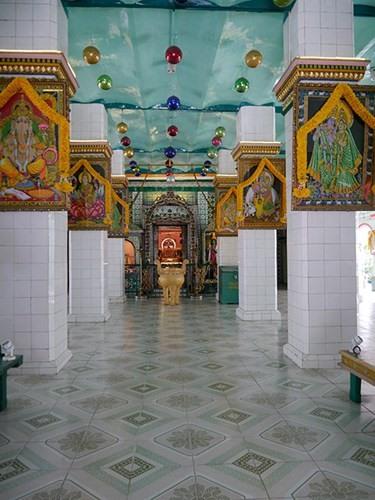 Đền Sri Thenday Yutthapani mang kiến trúc điển hình của Hindu giáo
