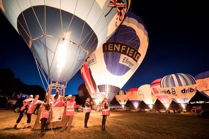 Lễ hội khinh khí cầu ở Bristol được tổ chức hàng năm. Năm nay là lần thứ 40 lễ hội này được tổ chức. Ảnh: Những chiếc khinh khí cầu được bơm căng, sẵn sàng bay lên bầu trời.