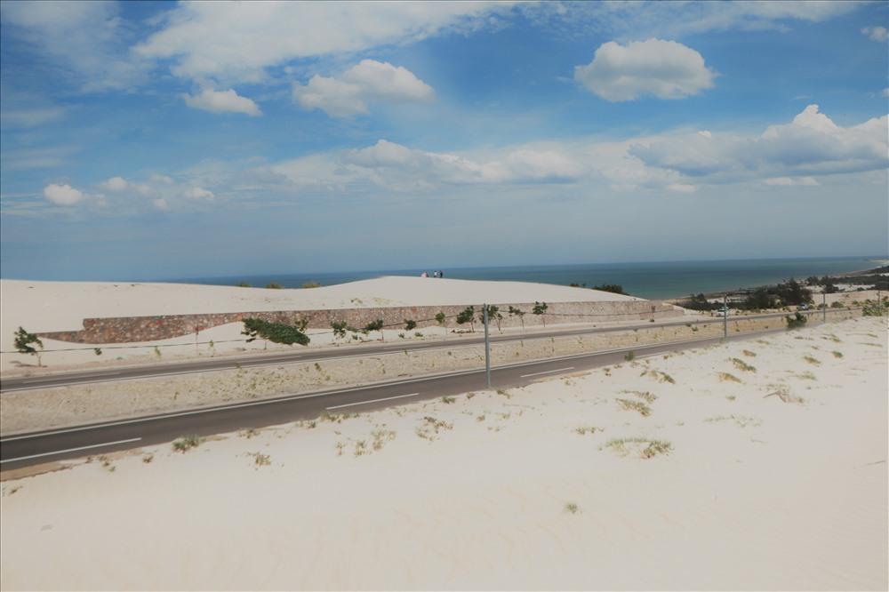 Biển xanh ngắt, Bàu Trắng cát mịn bay bay trong gió dưới cái nắng gắt của Bình Thuận tạo nên khung cảnh độc đáo, đáng để chụp vài bức hình lưu niệm cho chuyến đi. Ảnh: MP