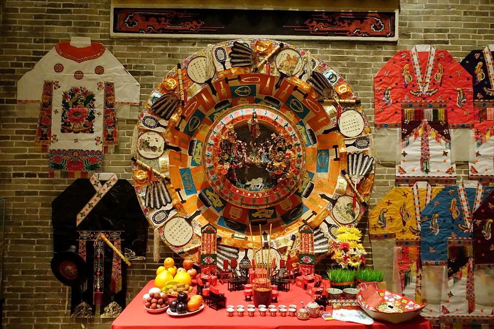 Những vật dụng làm từ giấy được thực hiện trong ngày lễ Thất tịch được trưng bày tại bảo tàng Hong Kong. Ảnh: Wikipedia