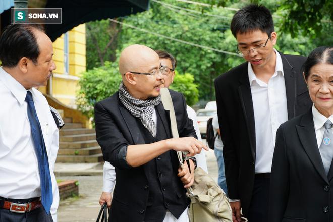 Luật sư Trương Thị Hòa, nữ mặc áo đen bên phải trong một lần cùng ông Đặng Lê Nguyên Vũ đến tòa. Ảnh SOHA