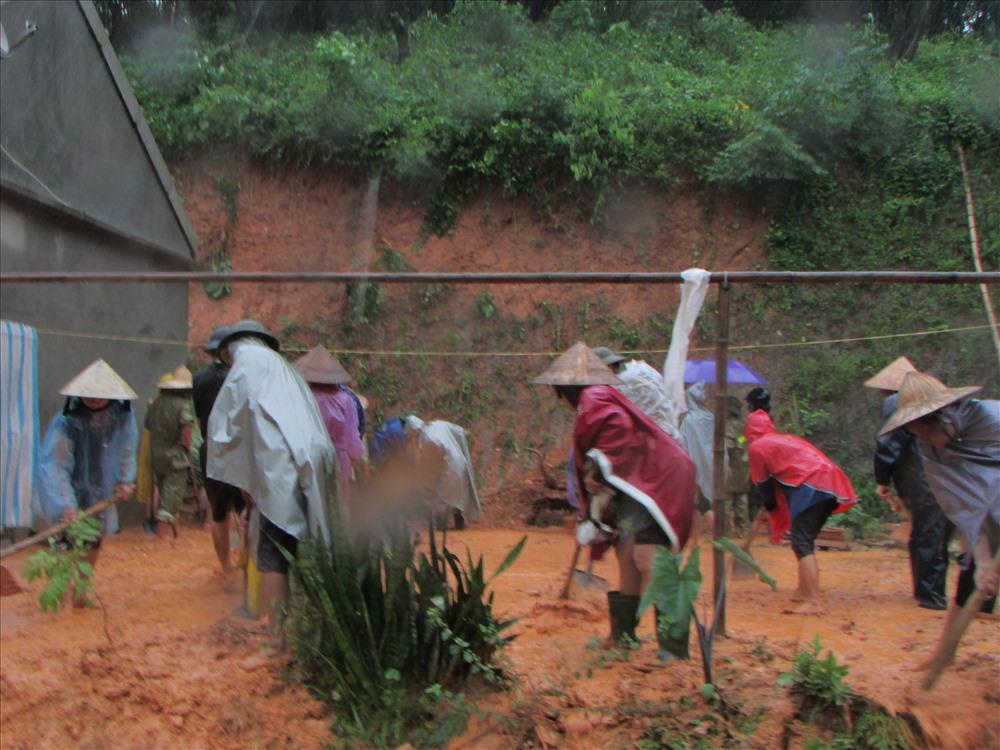 5.Hàng chục người dân đã được huy động để cào đất đá bị tràn xuống nhà anh Vi Văn Kiệm ở bản Na Đười xã Mậu Đức