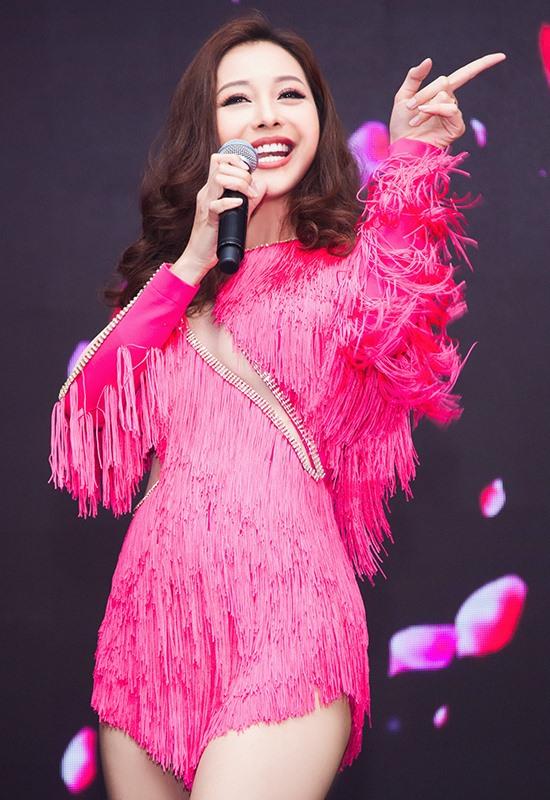 Hoa hậu Jennifer Phạm sẽ gửi đến khán giả ca khúc sôi động do chính cô thể hiện.