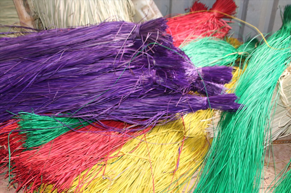 Các sợi cói sau khi nhuộm với đủ loại màu sắc. Ảnh: P.Nhơn