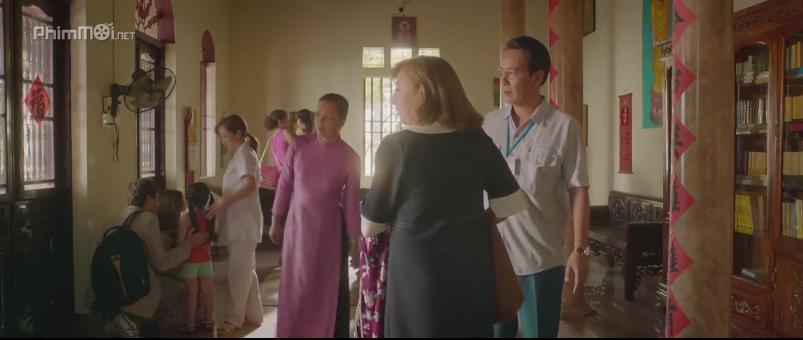 Nữ diễn viên Chiều Xuân xuất hiện lần đầu tiên trong bộ phim với tà áo dài đằm thắm. Ảnh: Cắt từ bộ phim