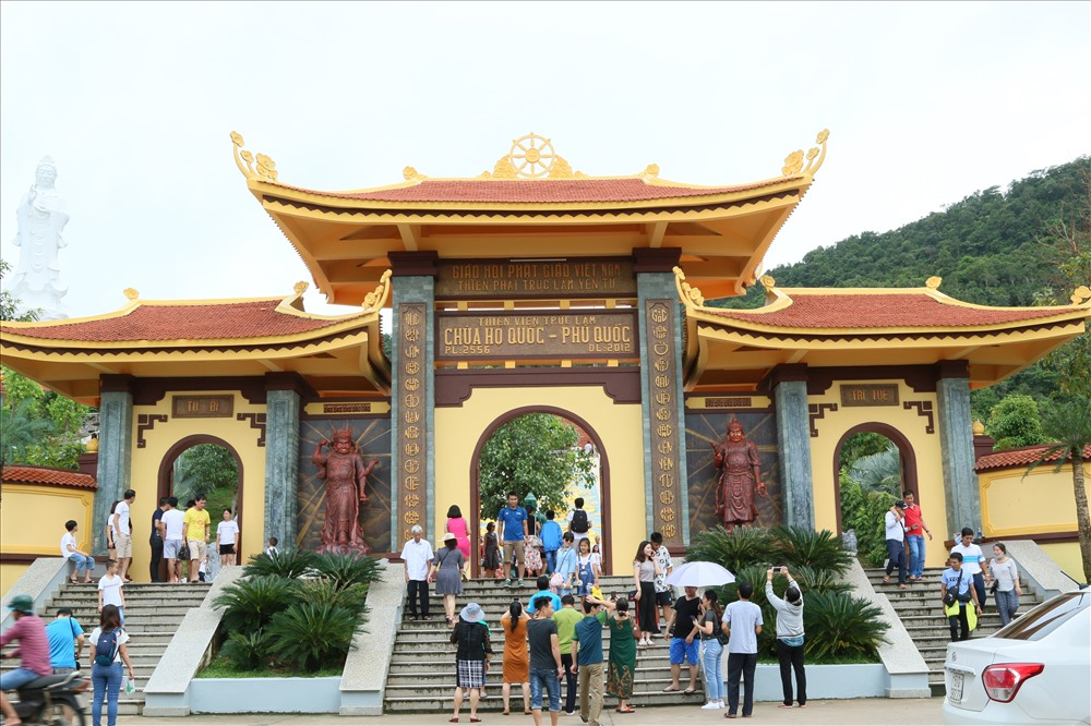 Chùa Hộ Quốc (hay Thiền viện Trúc Lâm Hộ Quốc) là một trong những công trình nằm trong dự án khu du lịch tâm linh có diện tích hơn 110ha (diện tích chùa chiếm khoảng 12%) thuộc ấp Suối Lớn, xã Dương Tơ, huyện Phú Quốc, tỉnh Kiên Giang. Ảnh: Bảo Trung