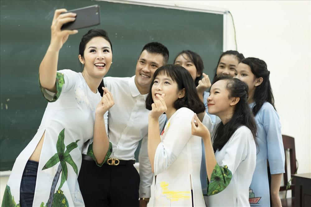 Hoa hậu Ngọc Hân khá thân thiết với cầu thủ Công Vinh. Ảnh: Benny Phan.