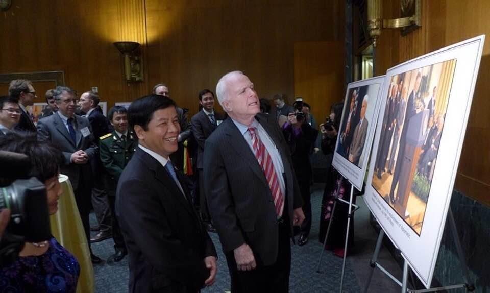 Đại sứ Nguyễn Quốc Cường cùng thượng nghị sĩ John McCain tại lễ kỷ niệm 20 năm bình thường hoá quan hệ thương mại Việt-Mỹ. Thượng nghị sĩ John McCain phát biểu không thể tưởng tượng được có ngày nhìn thấy là cờ Việt Nam và lá cờ Mỹ và quốc ca hai hước lại được cử lên ngay tại trụ sở của Quộc hội Mỹ. Ảnh: Đại sứ Nguyễn Quốc Cường