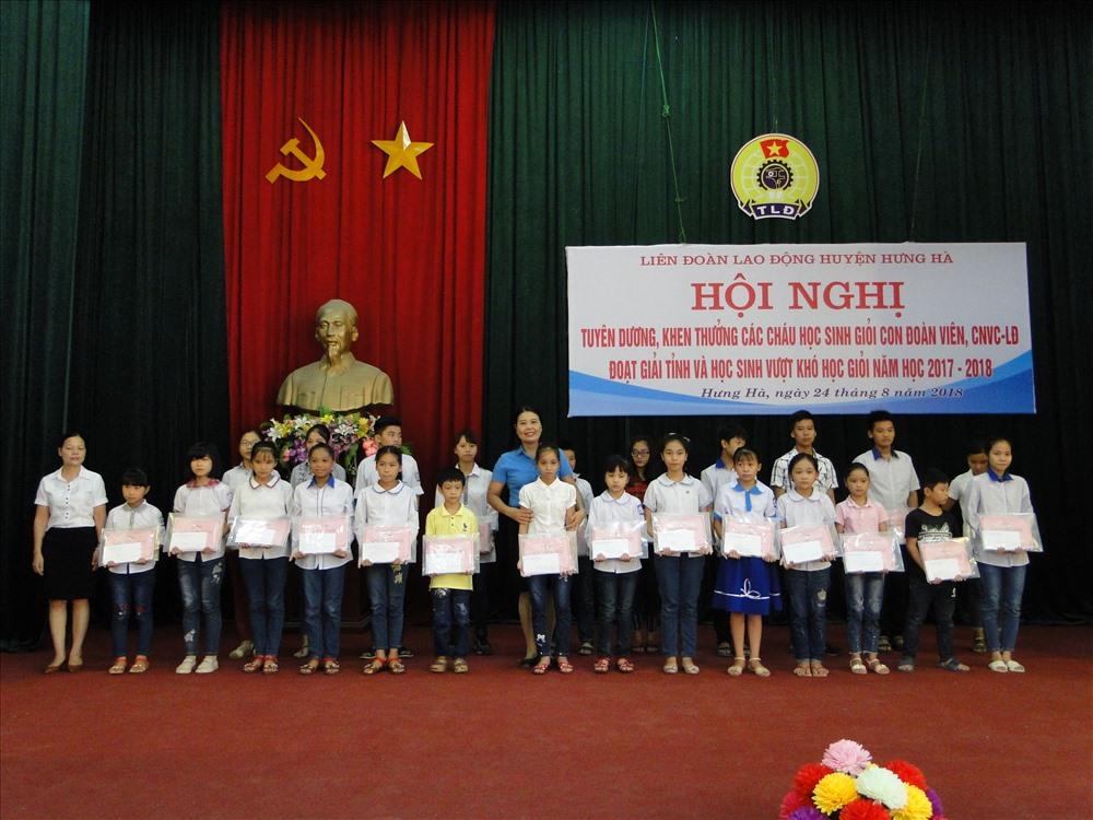 Lãnh đạo huyện Hưng Hà (Thái Bình) trao quà cho các cháu học sinh.