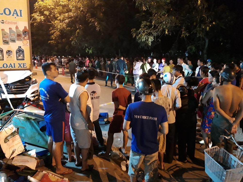 Hàng trăm người dân vây kín hai bên đường theo dõi công an khám nghiệm hiện trường điều tra vụ tai nạn.