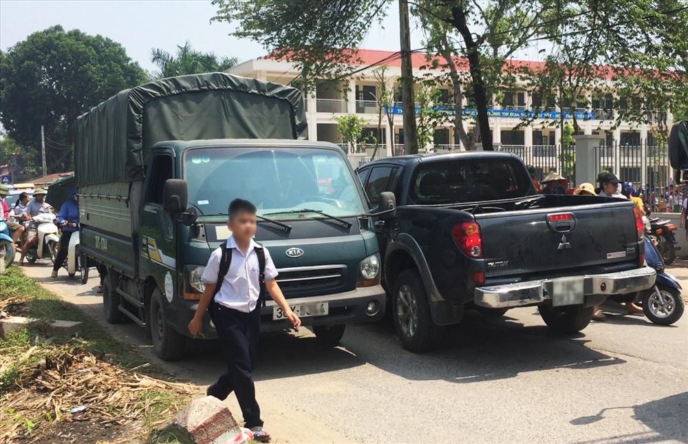 Cảnh lộn xộn trước cổng trường Tiểu học Phù Đổng