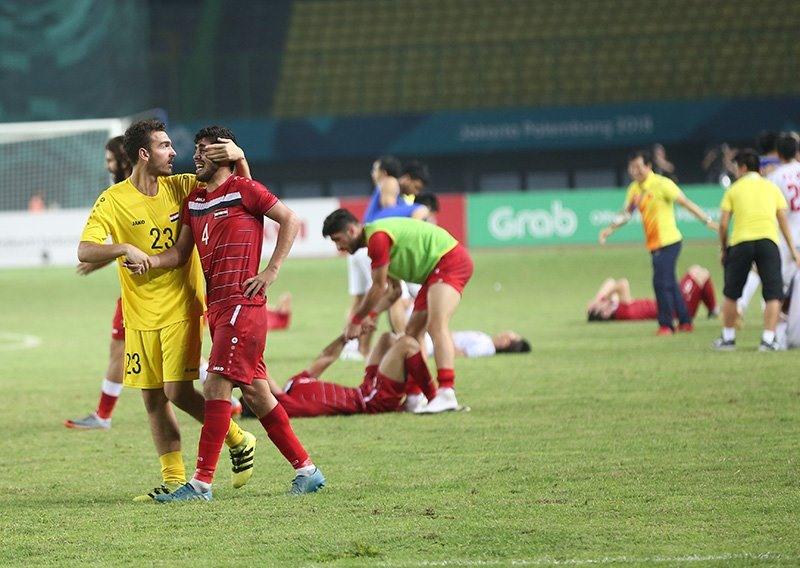 Rất nhiều cầu thủ Syria đã đổ xuống sân khóc nức nở sau trận đấu. Ảnh: T.L