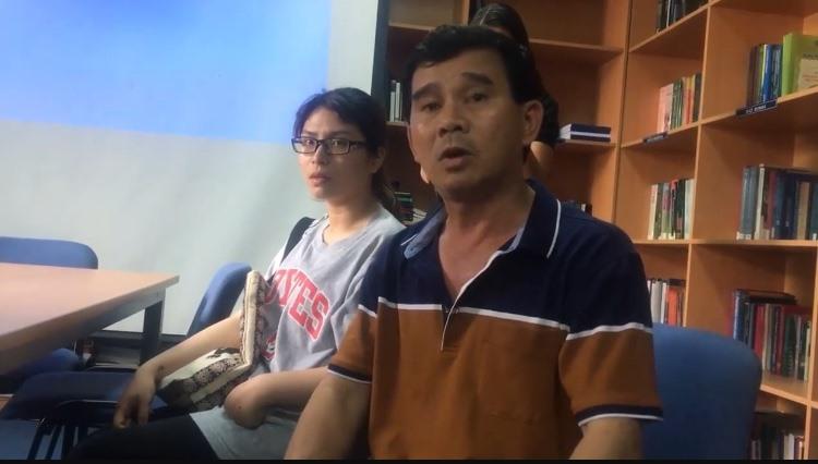 Bố của bệnh nhân đang kể lại sự việc với phóng viên