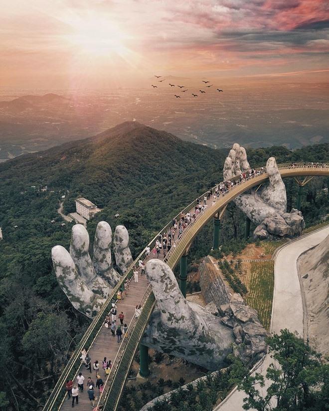 Bức ảnh nhìn từ trên cao cây cầu Vàng được chia sẻ khắp các diễn đàn du lịch trong nước và thế giới. (Ảnh: Jason Goh)