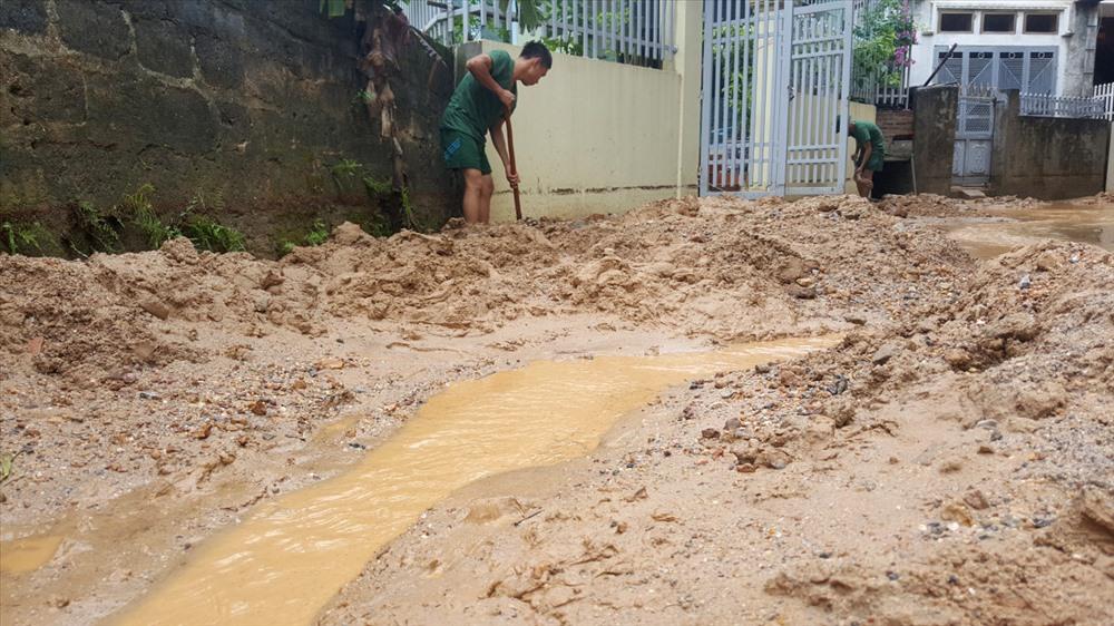 Cứ mỗi trận mưa, bùn đất lại đổ ập xuống khu dân cư tổ 6, khu 9, phường Bãi Cháy từ dự án đồi Thủy Sản của Công ty CP 577. Ảnh: T.N.D