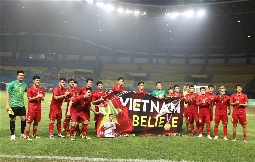 Các cầu thủ U.23 Việt Nam tri ân người hâm mộ nước nhà. Ảnh: Đ.Đ