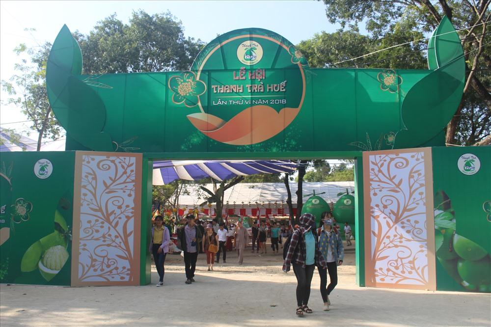 Rất đông người dân và du khách đến với lễ hội năm nay. Ảnh: PĐ.
