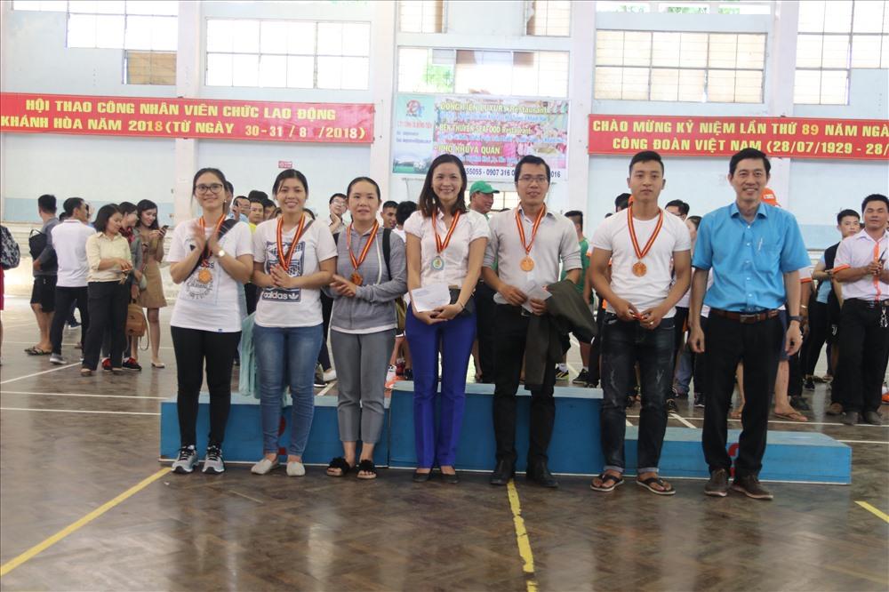 Đại diện ban tổ chức trao huy chương cho đơn vị đạt giải môn thi kéo co. Ảnh: P.L