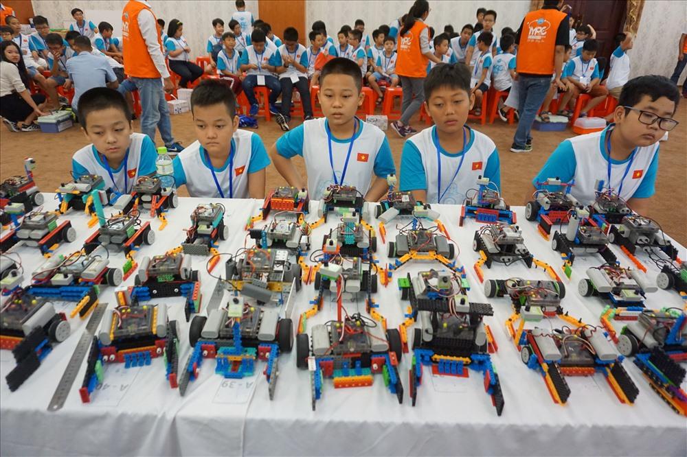 Hàng chục robot của các em học sinh chờ tới lợt thi đấu.