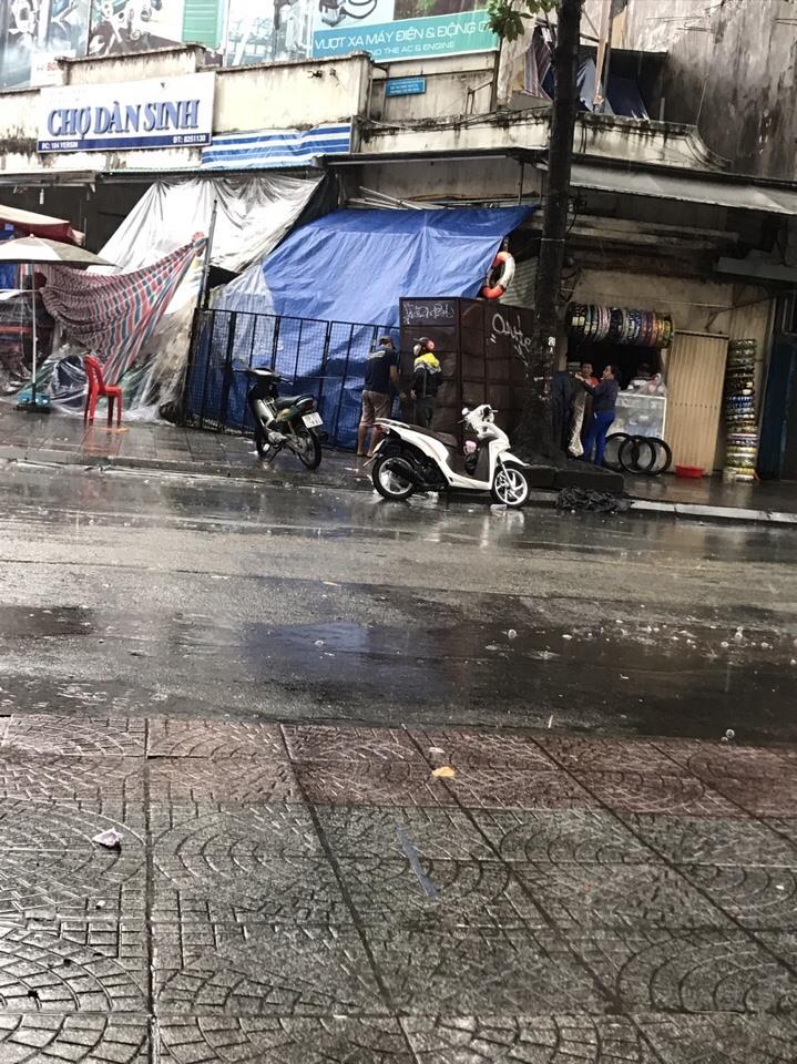 Khi trời mưa hàng hóa tiểu thương bị ướt hết. Làm thế nào để dân vừa chấp hành đúng quy định, vừa tạo cho dân kinh doanh là bài toán khó của chính quyền. Ảnh V.H