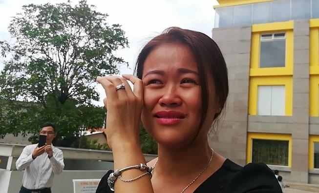 Chị Lại Thị Mỹ Linh bật khóc vì bức xúc khi không nhận được tiền hỗ trợ