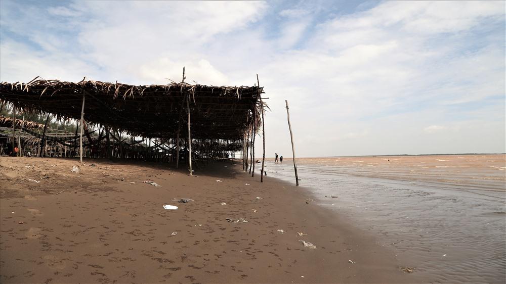 Do là bãi biển được phù sa bồi lấp nên cát ở đây có màu nâu đen nhưng mịn và sạch. Ảnh: Trường Sơn