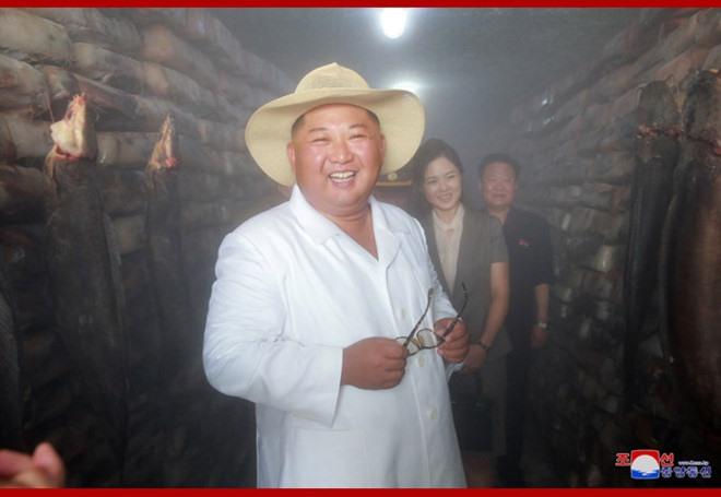 Trước đó, ông Kim Jong-un mặc áo khoác dài tay. Ảnh: KCNA