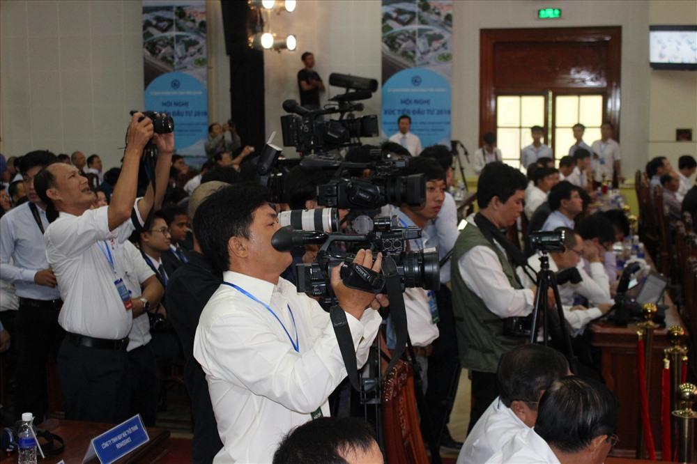 Hàng trăm phóng viên đến tác nghiệp tại hội nghị.