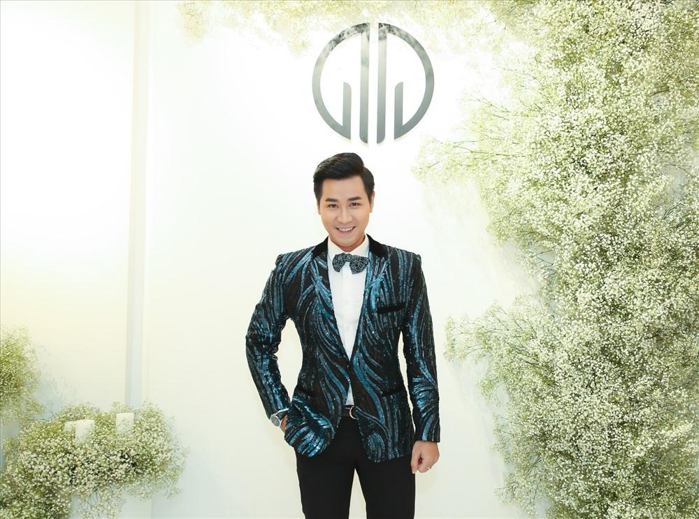 MC Nguyên Khang luôn duy trì phong cách thanh lịch, sang trọng suốt nhiều năm nay.  Ảnh: T. L.