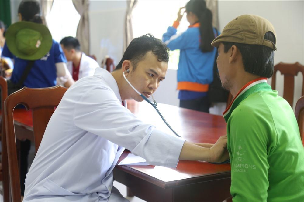 Chiến dịch Kỳ nghỉ hồng  của  Đoàn bệnh viện Chợ Rẫy  đã tiến hành khám chữa bệnh, cấp phát thuốc miễn phí cho hơn 500 người dân
