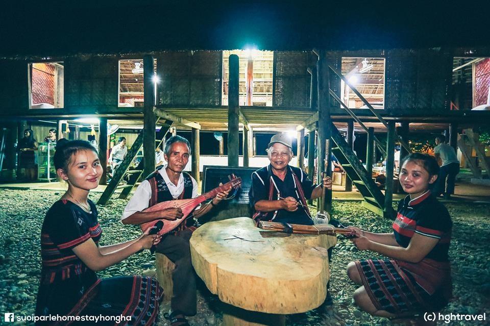 Chơi nhạc cụ truyền thống vùng già làng. Ảnh: Hghtravel