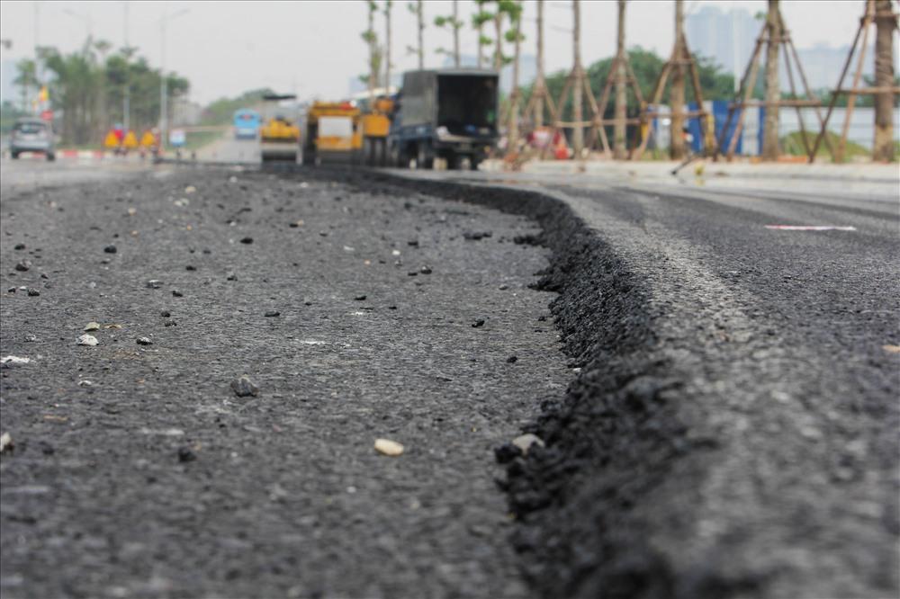 20 km giai đoạn một của dự án đang được trải thảm nhựa, nhiều đoạn đường đã hoàn thành để người dân có thể đi lại.