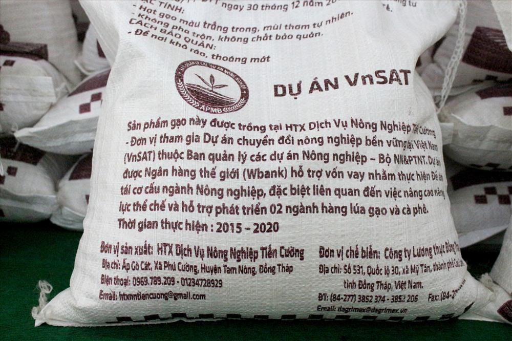 """Cận cảnh bao bì của sản phẩm gạo """"Ruộng nhà mình"""". Ảnh: Lục Tùng"""