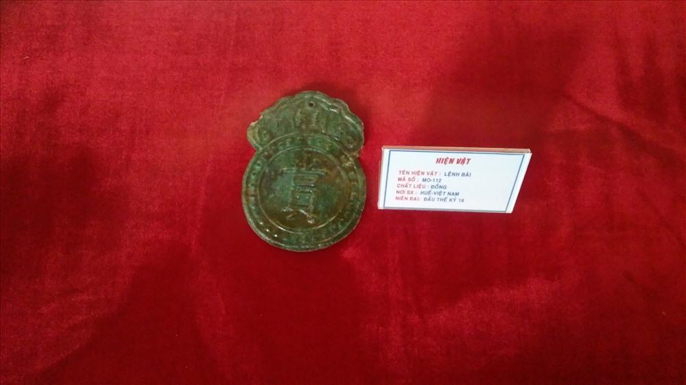 Lệnh bài bằng đồng của triều Nguyễn. Ảnh: H.V.M