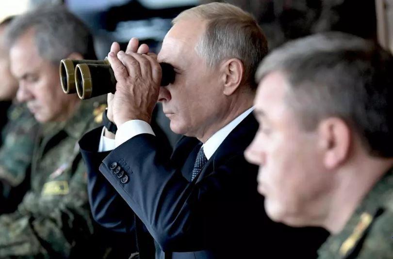 Tổng thống Nga Vladimir Putin, Bộ trưởng Quốc phòng Sergei Shoigu và Tổng Tham mưu trưởng các lực lượng vũ trang Nga Valery Gerasimov theo dõ cuộc tập trận quân sự của Vostok-2018. Ảnh: Sputnik/AFP.