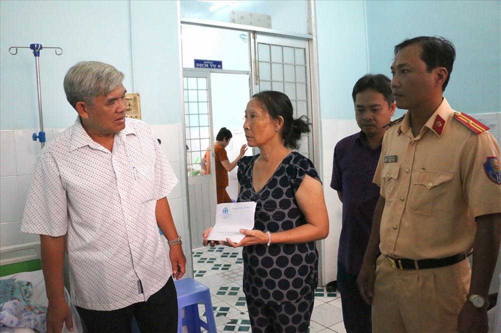 Đoàn công tác Ban an toàn giao thông tỉnh An Giang đến thăm hỏi, tặng quà cho các nạn nhân vụ xe điên. Ảnh: LT