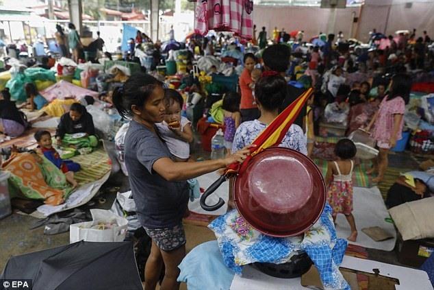"""Bộ trưởng Phúc lợi Xã hội Virginia Orogo thông báo, """"Theo ước tính của chúng tôi, mức thiệt hại sẽ rất lớn"""", những cơ sở lánh nạn khẩn cấp đã tiếp nhận thêm hàng nghìn người dân tránh nạn, do ảnh hưởng lũ quét và lỡ đất bất chợt sau bão."""