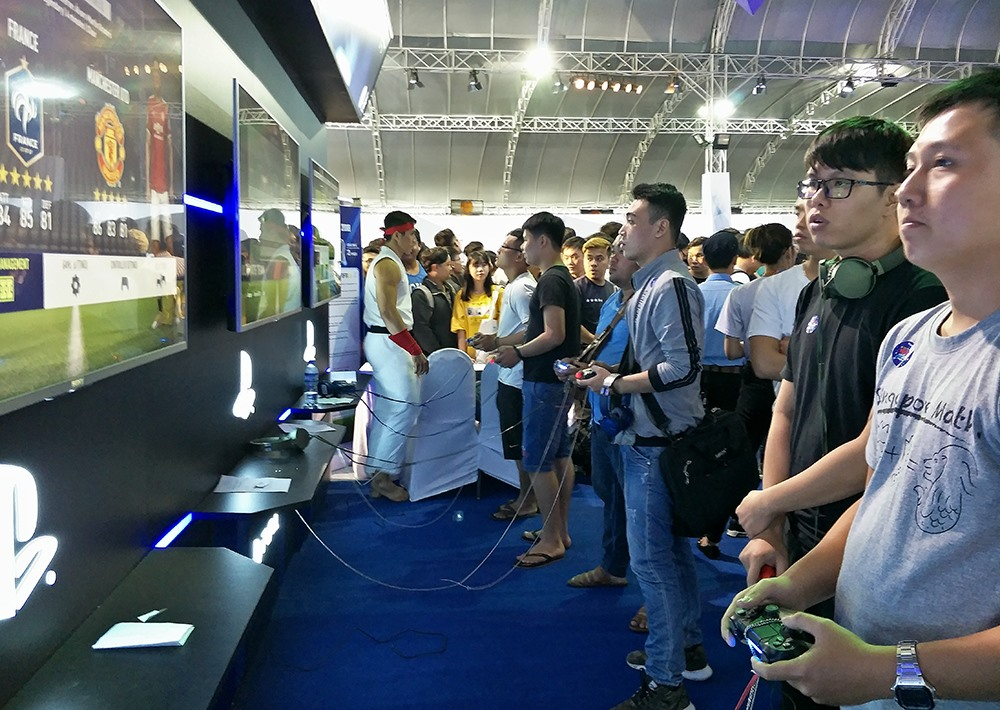 Thi đấu game PlayStation.
