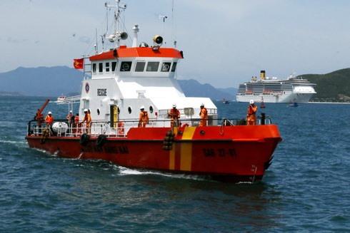 Sau hơn 18 giờ nghi bị ngộ độc 10 ngư dân Quảng Ngãi đã được tàu SAR27-01 chuyển về bờ. Ảnh: P.L