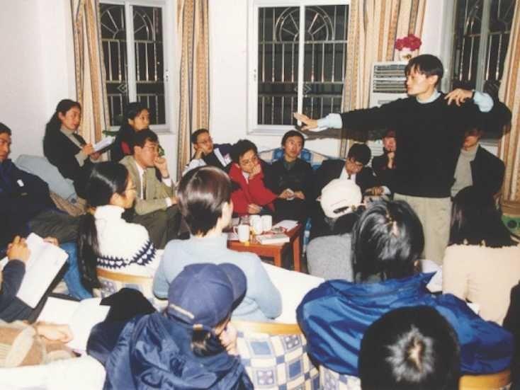 """Ông sáng lập Alibaba năm 1999 với số vốn 60.000 USD cùng nhiều thành viên khác. Với các thỏa thuận sáng suốt và một khoản đầu tư từ SoftBank, Jack Ma đã giúp Alibaba trở thành """"một gã khổng lồ""""."""