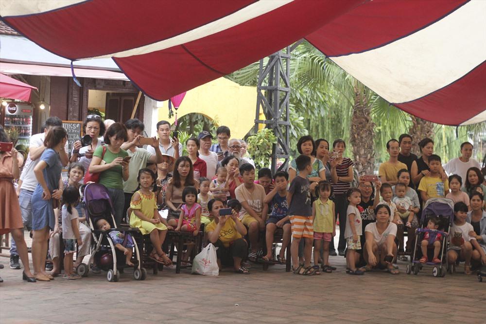Rất đông trẻ em và phụ huynh đã tới tham dự.