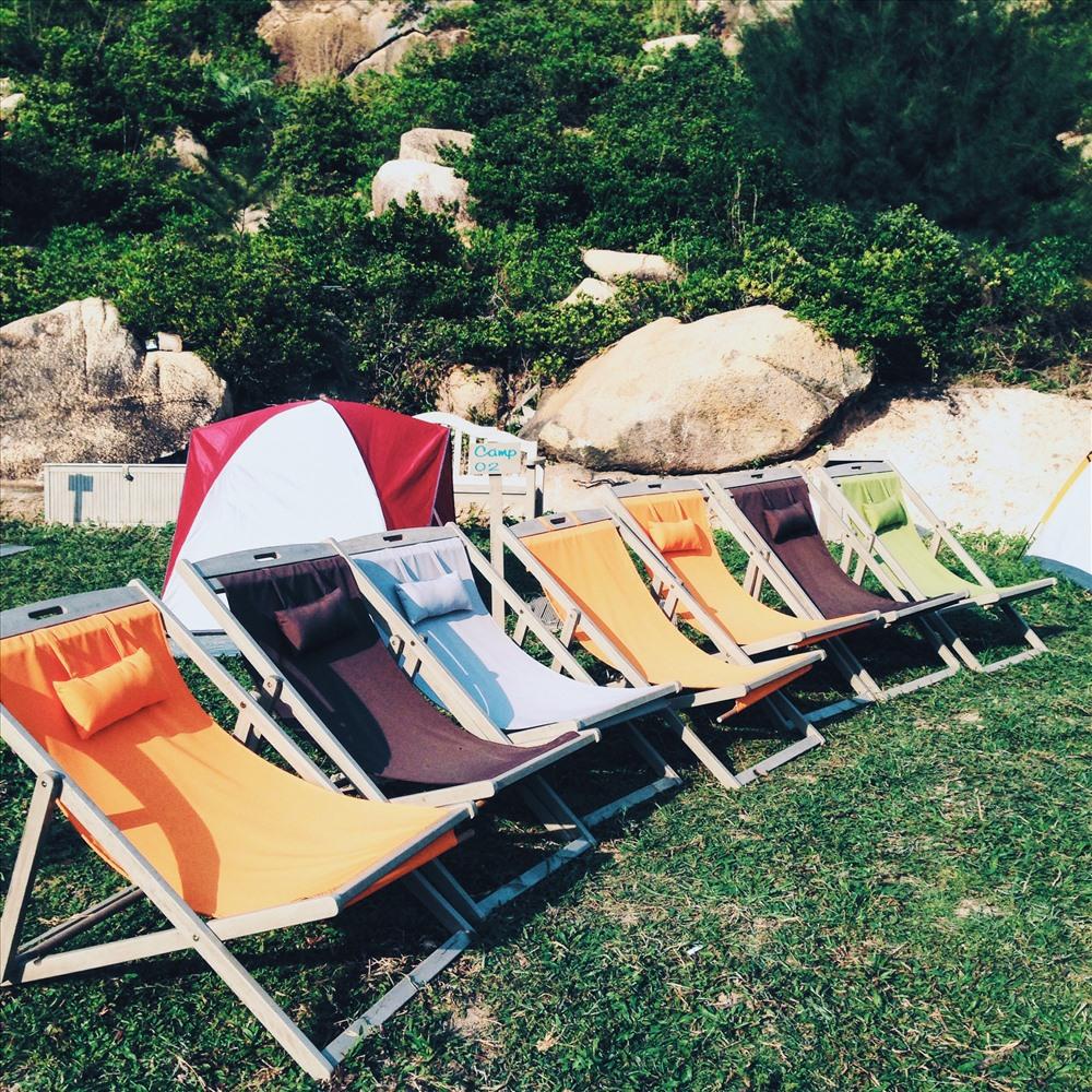 Bạn sẽ được thoải mái nằm nghỉ ngơi trên những ghế màu sắc này. Ảnh: Tường Quyên