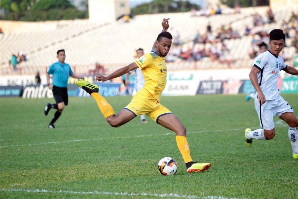 Ngoại binh Jemie ghi 2 bàn thắng cho SLNA chỉ trong vòng 2 phút.