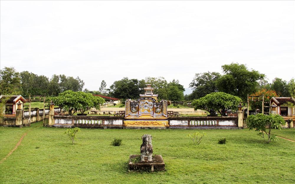 Thành Hoàng Đế có kiến trúc hình chữ nhật, gồm ba vòng thành: Thành Ngoại, Thành Nội và Tử Cấm Thành. Thành Ngoại có chu vi là 7.400m. Thành Nội còn được gọi là Hoàng Thành có hình chữ nhật dài 430m rộng 370m. Bên trong Thành Nội là Tử Cấm Thành cũng có hình chữ nhật dài 174m rộng 126m.