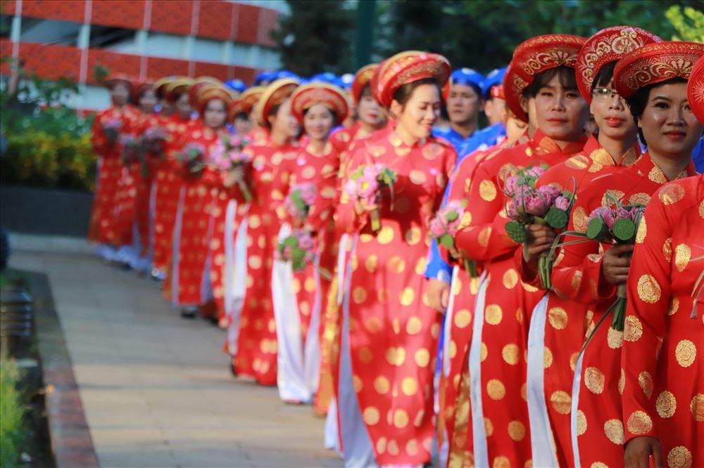 Trong tà áo dài truyền thống, các cô dâu rạng rỡ trong ngày trọng đại của đời mình.