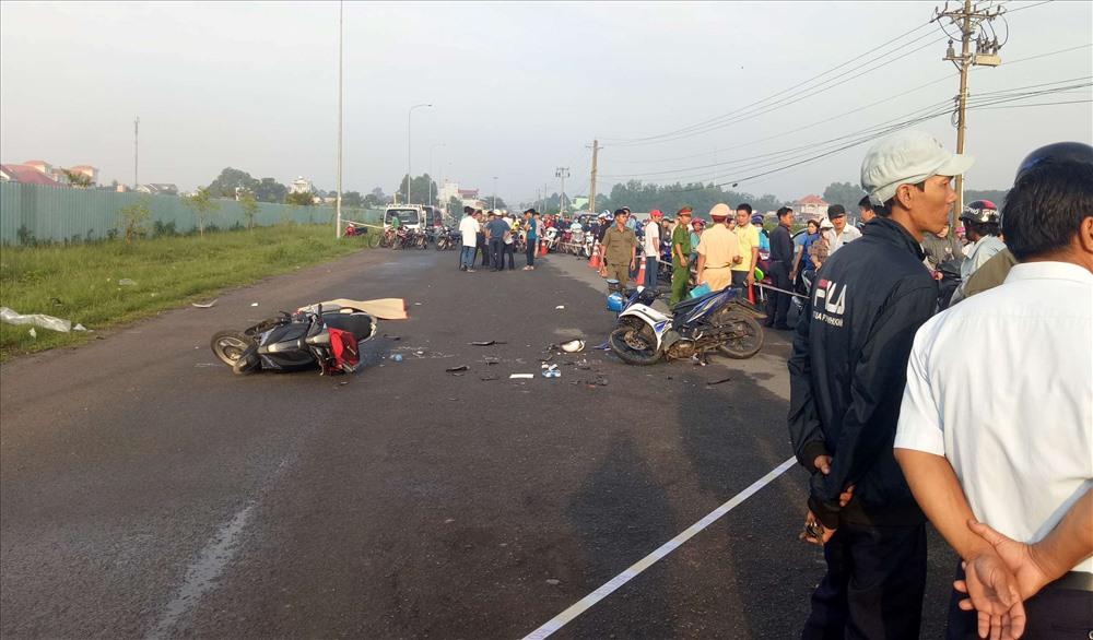 Hai xe máy bị hư hỏng nặng nằm giữa đường.