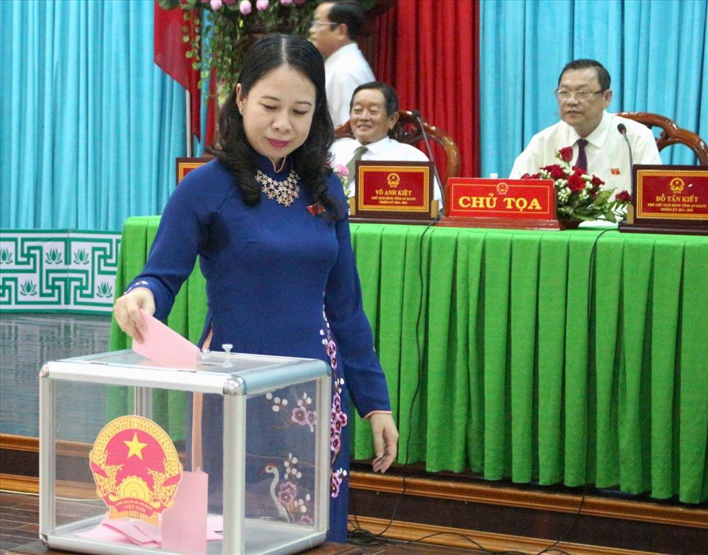 Bí thư Tỉnh ủy An Giang Võ Thị Ánh Xuân tham gia bỏ phiếu bầu. Ảnh: Lục Tùng