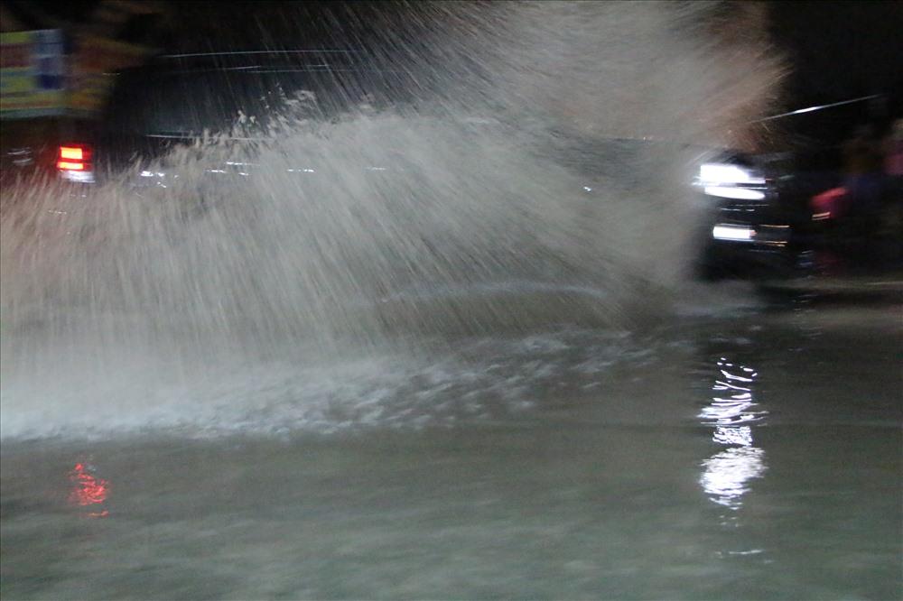 Mỗi khi ô tô chạy qua nước tạt vào nhà dân.